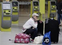 <p>Un pasajero espera en una terminal del Aeropuerto de Manchester. Abr 16, 2010. REUTERS/Phil Noble</p>