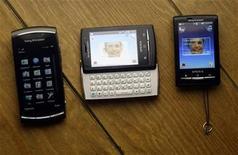 <p>Foto de archivo de los teléfonos móviles Vivaz Pro, Xperia X10 Mini Pro y Xperia X10 Mini de la compañía Sony Ericsson, durante el congreso mundial de móviles realizado en Barcelona, España, feb 15 2010. El fabricante de celulares Sony Ericsson pasó inesperadamente a ganancias en el primer trimestre gracias a que su incursión en el creciente mercado de teléfonos inteligentes y grandes recortes de costos elevaron sus márgenes. REUTERS/Albert Gea</p>
