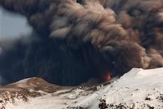 <p>Smoke and lava are seen as a volcano erupts in Eyjafjallajokul April 17, 2010. REUTERS/Lucas Jackson</p>