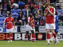 <p>Bendtner reage após jogo contra o Wigan. As parcas esperanças de o Arsenal conquistar o título da liga inglesa por fim se encerraram diante do Wigan Athletic, que marcou três gols nos últimos dez minutos e garantiu uma vitória dramática de 3 x 2 neste domingo.18/04/2010.REUTERS/Nigel Roddis</p>