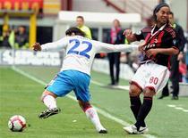 <p>Ronaldinho disputa bola com Alvarez do Catania, em Milão. As esperanças de título do Milan no Campeonato Italiano ficaram por um fio neste domingo, quando um gol de cabeça de Giampaolo Pazzini selou uma vitória de 2 x 1 em casa para a Sampdoria, que sonha com uma vaga na Liga dos Campeões.REUTERS/Paolo Bona</p>