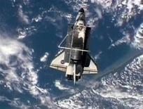 <p>Imagen de NASA TV muestra al transbordador Discovery con la Tierra de fondo. Abr 17 2010. La NASA pospuso el regreso a la Tierra del transbordador espacial Discovery hasta el martes debido a malas condiciones climáticas sobre el lugar de aterrizaje en Florida. REUTERS/NASA TV</p>