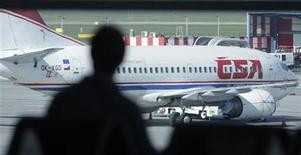<p>Pasajeros esperan en el aeropuerto Ruzyne luego de que todos los vuelos fuesen cancelados debido a la ceniza volcánica, en Praga. Abr 18 2010. La nube de cenizas volcánicas que ha obligado a cancelar vuelos en Europa podría generar un mayor impacto económico a la industria de las aerolíneas que los ataques del 11 de septiembre del 2001 en Estados Unidos, dijo el lunes el comisionado de transporte de la Unión Europea. REUTERS/David W Cerny</p>