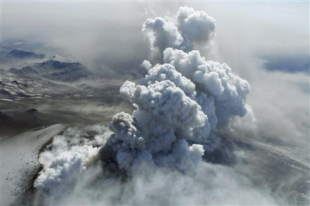 Steam, rocks and ash are thrown out of an erupting volcano near Eyjafjallajokull April 19, 2010. REUTERS/Lucas Jackson