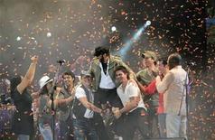 <p>Los cantantes Juanes y Alejandro Sanz levantan al cantante dominicano Juan Luis Guerra al término de su concierto en Santo Domingo. Abr 18 2010. Estrellas del canto hispano se congregaron en un gran espectáculo en República Dominicana, en el que recaudaron los fondos para la reconstrucción de un hospital que colapsó durante el devastador terremoto de enero en Haití. REUTERS/Kena Betancur</p>