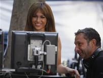 """<p>Imagen de archivo de la actriz Jennifer Lopez junto al director Alan Poul, durante el rodaje de la película """"The Back-up Plan"""", en Nueva York. Jul 20 2009. Nunca está de más tener una posición de resguardo cuando las cosas no salen como uno quiere, y por primera vez el director Alan Poul ha demostrado que su nueva película """"The Back-Up Plan"""" es tan buena como su nombre. REUTERS/Lucas Jackson/ARCHIVO</p>"""