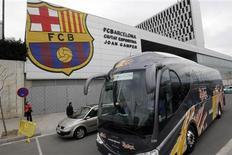 <p>Ônibus do Barcelona deixa cidade espanhola rumo a Milão, após voo da equipe ser cancelado devido à nuvem de cinzas de um vulcão islandês. REUTERS/Gustau Nacarino</p>