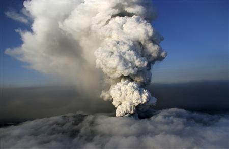 A column of steam and ash rises out of an erupting volcano near Eyjafjallajokull April 19, 2010. REUTERS/Jon Gustafsson/Helicopter.is/Handout