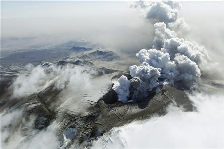 Steam, rocks and ash are thrown out of an erupting volcano near Eyjafjallajokull April 19, 2010. An Icelandic volcano that has grounded planes across Europe is spitting lava but less ash, officials said on Monday, offering travellers hope that skies might clear at a faster rate. REUTERS/Lucas Jackson