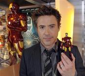 """<p>Foto de archivo del actor Robert Downey Jr., estrella del filme 'Iron Man 2,' durante su visita al salón de Hasbro durante una feria de juguetes en Nueva York, feb 15 2010. El estudio de Hollywood Paramount Pictures anunció el lunes que moverá el estreno mundial de su película de acción """"Iron Man 2"""" de Londres a Los Angeles, debido a la incertidumbre provocada por el caos aéreo en Europa. REUTERS/Ray Stubblebine/Hasbro/Handout</p>"""