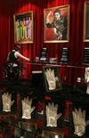 <p>Imagen de archivo de una galería de Michael Jackson, dentro del resort Ponte 16 en Macau. Feb 1 2010. Casi 300 artículos de Michael Jackson, desde el inmenso cartel Neverland que alguna vez estuvo en la entrada de su rancho en California a un Rolls Royce de 1967, serán exhibidos en Japón este mes, casi un año después de la muerte del cantante. REUTERS/Bobby Yip/ARCHIVO</p>