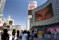 <p>People watch live television news coverage of the Michael Jackson memorial in Las Vegas, Nevada in this July 7, 2009 file photo. REUTERS/Las Vegas Sun/Steve Marcus/Files</p>