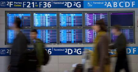 Passengers arrive at Charles-de-Gaulle airport in Roissy near Paris April 20, 2010. REUTERS/Gonzalo Fuentes