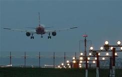 """<p>Самолет компании Air Berlin приземляется в берлинском аэропорту """"Тегель"""" 20 апреля 2010 года. Эксперты пока не могут предсказать продолжительность извержения и устойчивость облака вулканического пепла над Европой, что затрудняет прогнозы экономических последствий стихийного бедствия. REUTERS/Thomas Peter</p>"""