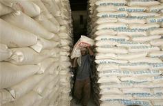 <p>Мужчина несет мешок муки на складе рынка в Багдаде 12 июня 2008 года. Рестораны и магазины на Ближнем Востоке стараются купить как можно больше высококачественных европейских продуктов, ожидая возможных недопоставок из-за перебоев в воздушном сообщении с Европой. REUTERS/Mohammed Ameen</p>