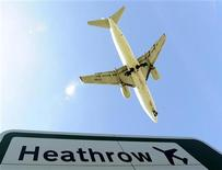 <p>Un aereo atterra all'aeroporto londinese di Heathrow. REUTERS/Toby Melville (BRITAIN - Tags: TRANSPORT ENVIRONMENT TRAVEL)</p>