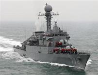 """<p>Архивная фотография южнокорейского корабля """"Чхонан"""" во время выполнения операции 23 марта 2010 года. Южнокорейские военные полагают, что причиной гибели боевого корабля в прошлом месяце стала торпеда, выпущенная с северокорейской подводной лодки, сообщило в четверг новостное агентство Yonhap. REUTERS/South Korean Navy/Handout</p>"""