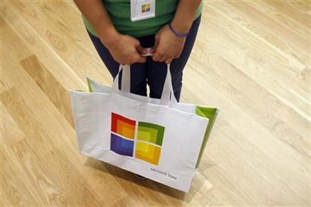A worker holds a bag during the grand opening of Microsoft's first retail store in Scottsdale, Arizona October 22, 2009. REUTERS/Joshua Lott