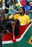 <p>Южноафриканские любители футбола дуют в вувузелы во время тренировочной игры сборной Италии недалеко от Претории 12 июня 2009 года. Отправляющимся на чемпионат мира в ЮАР болельщикам нужно взять с собой беруши, чтобы не оглохнуть от рева вувузел - труб, без которых южноафриканские болельщики не представляют футбол, считают врачи Вет Свейнпол и Джеймс Халл. REUTERS/Mike Hutchings</p>