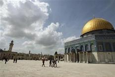 <p>Tourists walk in front of in front of the Dome of the Rock, on the compound known to Muslims as al-Haram al-Sharif and to Jews as Temple Mount, in Jerusalem's Old City March 24, 2010. REUTERS/Ammar Awad</p>