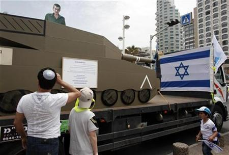 People look at an installation with a cardboard cut-out of captured Israeli soldier Gilad Shalit in Tel Aviv during Israel's 62nd Independence Day April 20, 2010. REUTERS/Nir Elias