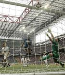 <p>Mariga, do Inter de Milão, chuta a bola ao gol do Atlanta na partida pela série A do Campeonato Italiano no estádio de San Siro, em Milão, 24 de abril de 2010. O Inter de Milão reassumiu a liderança do Campeonato Italiano com a vitória em casa por 3 x 1 sobre o Atalanta, neste sábado, com a aposta do técnico José Mourinho em relação à esperança do time de conquistar o título se provando válida. REUTERS/Alessandro Garofalo</p>