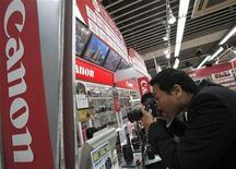 <p>Canon a relevé ses prévisions annuelles, les rapprochant des attentes du marché, après avoir fait état d'un bénéfice trimestriel multiplié par quatre, porté par une forte demande pour les appareils photos numériques et pour les imprimantes. /Photo d'archives/REUTERS/Yuriko Nakao</p>