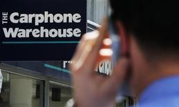 <p>Carphone Warehouse a relevé ses prévisions de résultats annuels pour la troisième fois en six mois en raison de la demande pour les smartphones, le premier distributeur européen de téléphones mobiles anticipant une forte croissance pour son 2011. /Photo d'archives/REUTERS/Luke MacGregor</p>