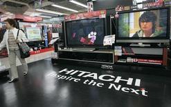 <p>Hitachi compte dépasser de 48% sa prévision de bénéfice d'exploitation pour l'exercice clos en mars grâce à la vitalité de ses ventes et à des réductions de coûts. /Photo d'archives/REUTERS/Kim Kyung-Hoon</p>