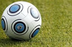 """<p>Футбольный мяч лежит на газоне на стадионе в Майнце, 7 октября 2009 года. """"Челси"""" разгромил """"Сток Сити"""" 7-0 и вновь вышел в лидеры чемпионата Англии, обойдя """"Манчестер Юнайтед"""" на одно очко. REUTERS/Johannes Eisele</p>"""