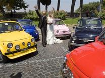 <p>Coppia appena sposata in foto d'archivio. REUTERS/Chris Helgren</p>