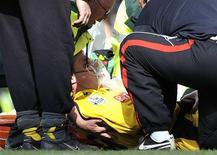 <p>Sorensen recebe atendimento médico durante partida em Londres. O goleiro dinamarquês Thomas Sorensen pode ficar de fora da Copa do Mundo após deslocar o cotovelo na derrota de 7 x 0 que o Stoke City sofreu diante do Chelsea neste domingo.25/04/2010.REUTERS/Dylan Martinez</p>