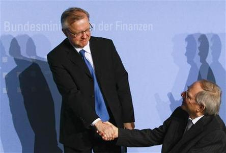 European Economic and Monetary Affairs Commisioner Olli Rehn (L) shakes hands with German Finance Minister Wolfgang Schaeuble after a news conference at the finance ministry in Berlin, April 26, 2010. REUTERS/Thomas Peter