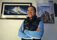<p>L'alpiniste sud-coréenne Oh Eun-sun se présente comme la première femme au monde à avoir vaincu la totalité des 14 sommets au monde de plus de 8.000 mètres, après avoir atteint mardi celui de l'Annapurna. /Photo prise le 9 mars 2010/REUTERS/Gopal Chitrakar</p>