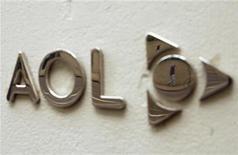 <p>Imagen de archivo del logo de AOL, fuera del edificio de la compañía en Nueva York. Mayo 28 2009. La empresa de internet AOL reportó el miércoles una caída de sus ganancias del primer trimestre, golpeada por un descenso en los ingresos por publicidad, mientras que renovó su equipo de ventas luego de la escisión del año pasado de Time Warner Inc. REUTERS/Lucas Jackson/ARCHIVO</p>