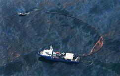 <p>Корабль береговой охраны отрезает кусок нефтяного пятна в Мексиканском заливе 28 апреля 2010 года. Из-за взрыва нефтедобывающей платформы в Мексиканский залив ежедневно попадает 5.000 баррелей нефти, что в пять раз больше, чем предполагалось ранее, сообщила береговая охрана США. REUTERS/Sean Gardner/Greenpeace/Handout</p>