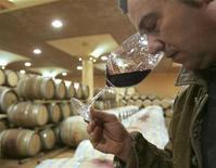 <p>Uomo beve brunello di Montalcino, foto d'archivio. REUTERS/Dario Pignatelli</p>