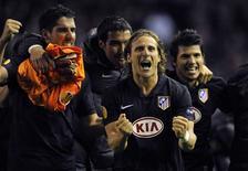<p>Diego Forlán comemora com jogadores do Atlético de Madri classificação à final da Liga Europa. REUTERS/Dylan Martinez</p>