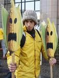 <p>Manifestazione contro il mais ogm, foto d'archivio. REUTERS/Thierry Roge</p>
