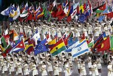 <p>Presentación de las 189 banderas de países participantes, durante la ceremonia de apertura de la Expo Shanghái. Abr 30 2010. La Exposición Universal de Shanghái que se inaugura el viernes es el último espectáculo extravagante del Partido Comunista Chino que pone de manifiesto hasta qué punto quiere marcar su poder con eventos de renombre. REUTERS/Alfred Jin</p>