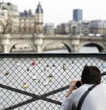 <p>Turista a Parigi, foto d'archivio. REUTERS/Charles Platiau</p>