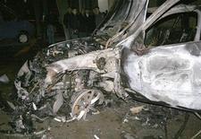 <p>Остов взорванной машины в Махачкале 20 апреля 2010 года. Два милиционера погибло, еще 17 человек получили ранения в результате самоподрыва смертника у милицейского поста в Дагестане, сообщил следственный комитет при прокуратуре РФ. REUTERS/NewsTeam/Abdula Magomedov</p>