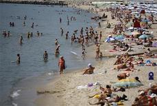 <p>Люди на пляже города Варна, Болгария 25 июня 2008 года. Болгария, известная недорогим пляжным отдыхом и радушным отношением к россиянам, стала одним из самых популярных направлений для туристов РФ. REUTERS/Stoyan Nenov</p>