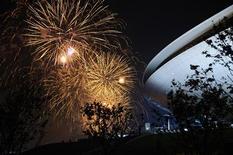 <p>Fuochi d'artificio nella cerimonia di apertura dell'Expo di Shangai. REUTERS/Eric Feferberg/Pool</p>
