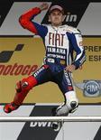 <p>Il centauro della Yamaha Jorge Lorenzo festeggia la vittoria al MotoGP di Spagna, Jerez, 2 maggio 2010. REUTERS/Javier Barbancho</p>