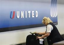 <p>Imagen de archivo de una agente de viajes de United Airlines, trás el counter en el aeropuerto internacional de Fénix. Abr 8 2010. UAL Corp, matriz de United Airlines, comprará a Continental Airlines Inc por 3.170 millones de dólares, en un acuerdo que forma la mayor aerolínea del mundo, dijeron el lunes las dos empresas. REUTERS/Joshua Lott/ARCHIVO</p>