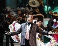 <p>Imagen de archivo del cantante mexicano Juan Gabriel, en su presentación en los Premios Grammy Latinos en Las Vegas. Nov 5 2009. Nadie puede parar a Juan Gabriel. La presentación de un entusiasta número mariachi en los Grammy Latinos en noviembre en Las Vegas resultó ser sólo un calentamiento para el cantante y compositor mexicano de 61 años. REUTERS/Mario Anzuoni/ARCHIVO</p>