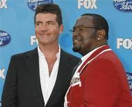 """<p>Foto de archivo de Simon Cowell (izquierda en la imagen) y Randy Jackson durante la final del concurso """"American Idol"""" en Los Angeles, mayo 21 2008. El canal Fox se dirige este mes a su etapa de mayores ventas por publicidad en el año, pero con dudas sobre el futuro de su campeón entre la audiencia """"American Idol"""", aunque una mejora en la economía de Estados Unidos debería mantener los ingresos del show, según expertos. REUTERS/Fred Prouser</p>"""