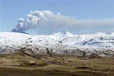 <p>Облако пепла поднимается из жерла исландского вулкана Эйяфьяллайекюль 21 апреля 2010 года. Часть авиапространства над Ирландией и Великобританией была закрыта для полетов во вторник в связи распространением облаков вулканического пепла со стороны Исландии. REUTERS/Lucas Jackson</p>
