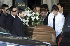 """<p>Foto de archivo de los portadores del féretro del actor Corey Haim en Toronto, Canadá, mar 16 2010. Haim falleció de neumonía y problemas cardíacos, además, pruebas durante una autopsia revelaron """"factores contribuyentes no significativos"""" de drogas, dijo el martes la oficina del forense de Los Angeles. REUTERS/Mike Cassese</p>"""